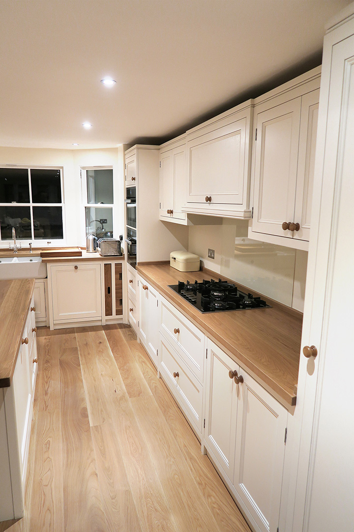 White kitchen cabinets oak floor for Kitchen with wood floors and white cabinets