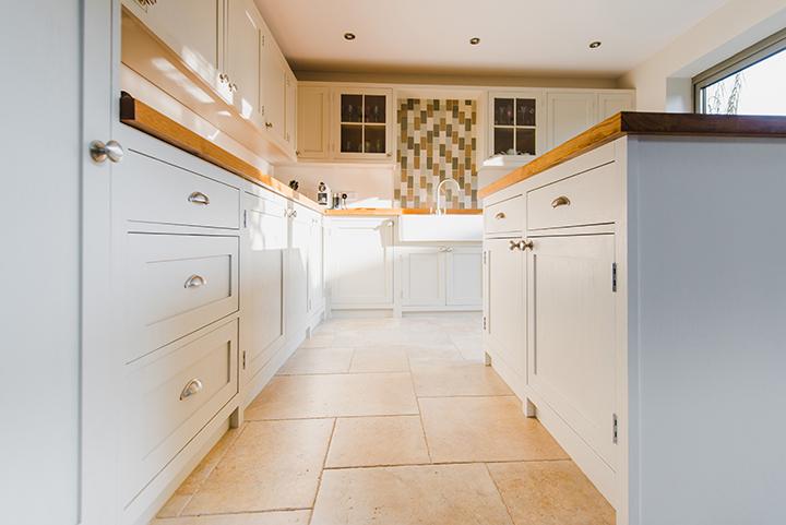 white shaker kitchen splashback